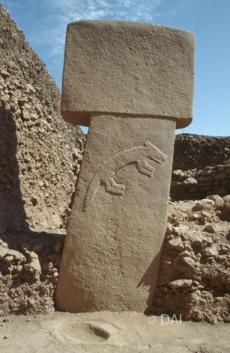 Pfeiler 9 mit einem überlebensgroßen Fuchs bildet den östlichen Zwillingspfeiler in Anlage B, er ist auf der rechten Seite bis zum Terrazzoboden vollständig ausgegraben und erreicht 3,5m Höhe